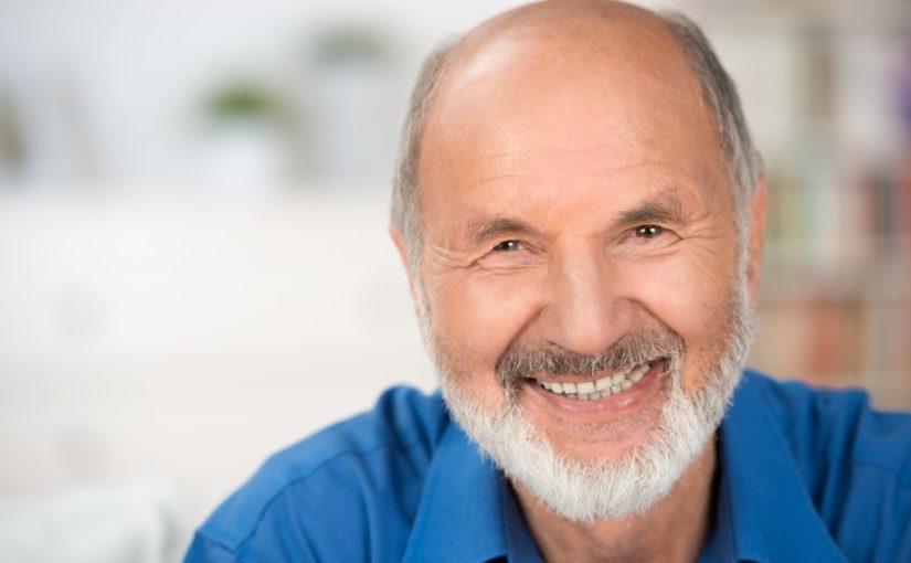 Glad ældre mand