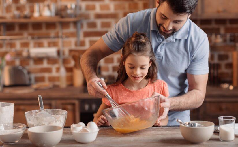 Far i køkkenet